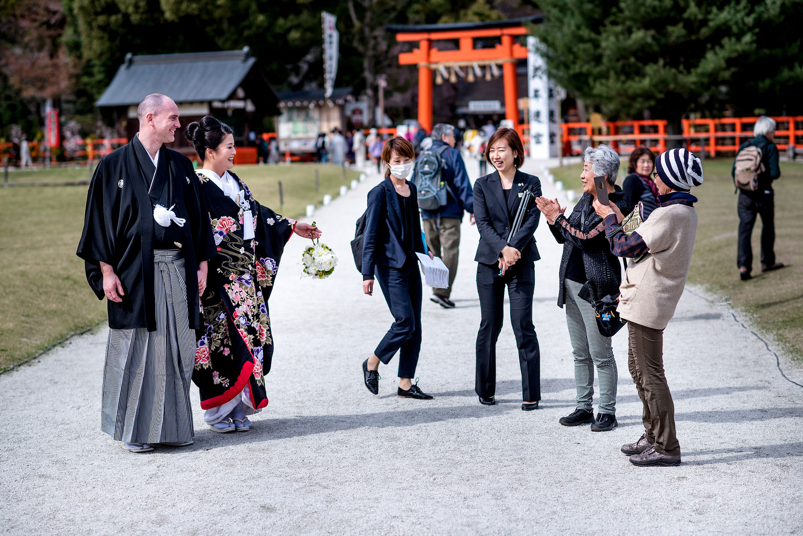 a Japanese bride and groom meeting guests in a garden by Japan Destination Wedding Photographer Sean LeBlanc