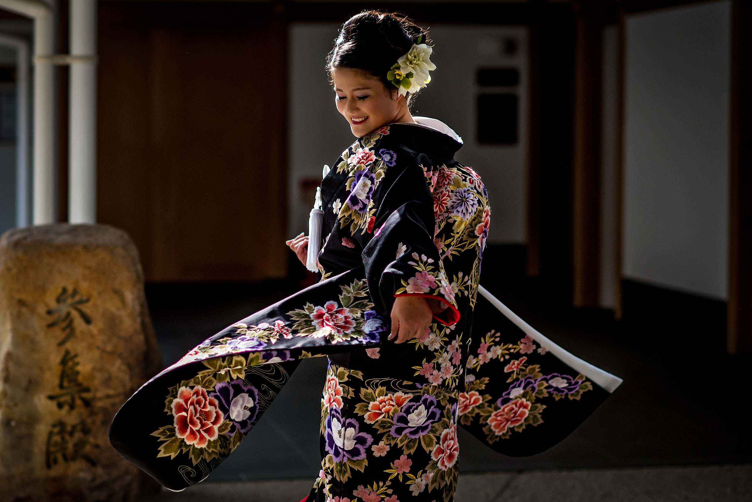 Japanese bride spinning in kimono by Japan Destination Wedding Photographer Sean LeBlanc