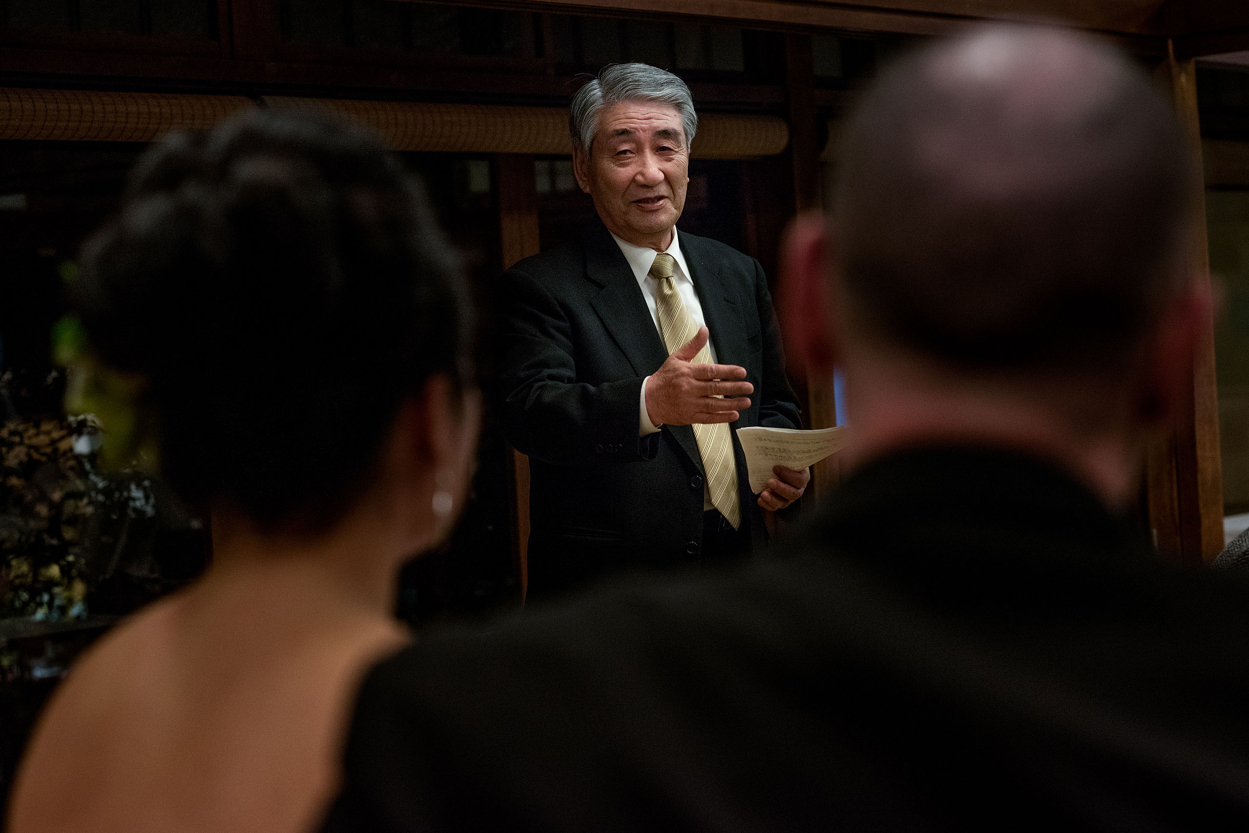 a family member giving a speech at a wedding reception by Japan Destination Wedding Photographer Sean LeBlanc